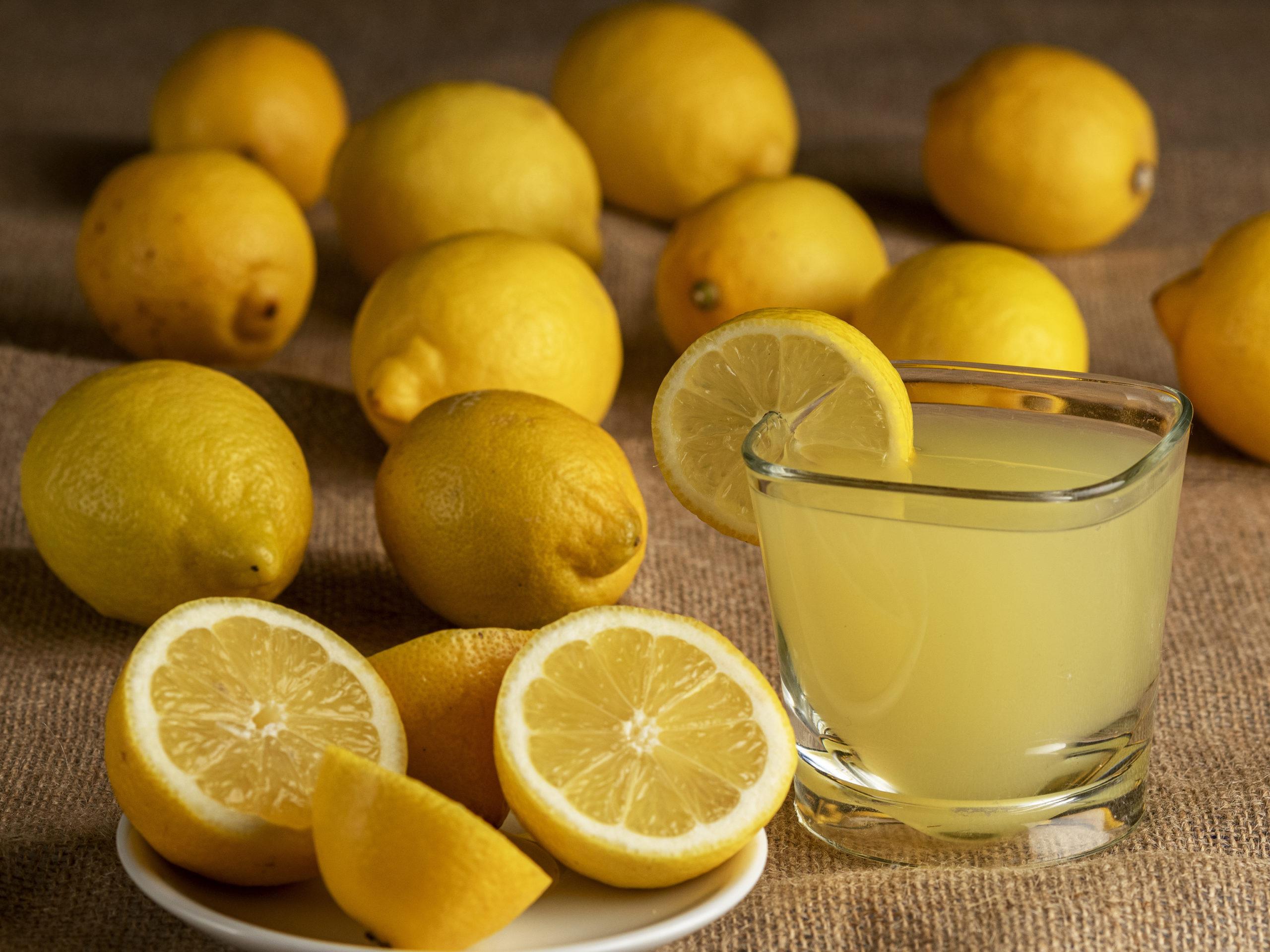 Close-up of a glass of lemonade with lemons